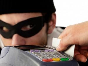 Не доверяйте пластиковую карты продавцам и официантам. Все платежи должны происходить только в Вашем присутствии.